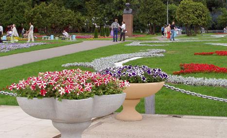 Производство уличных бетонных цветочниц в москве | у нас вы можете купить цветочницы из бетона | низкие цены.  доставка!